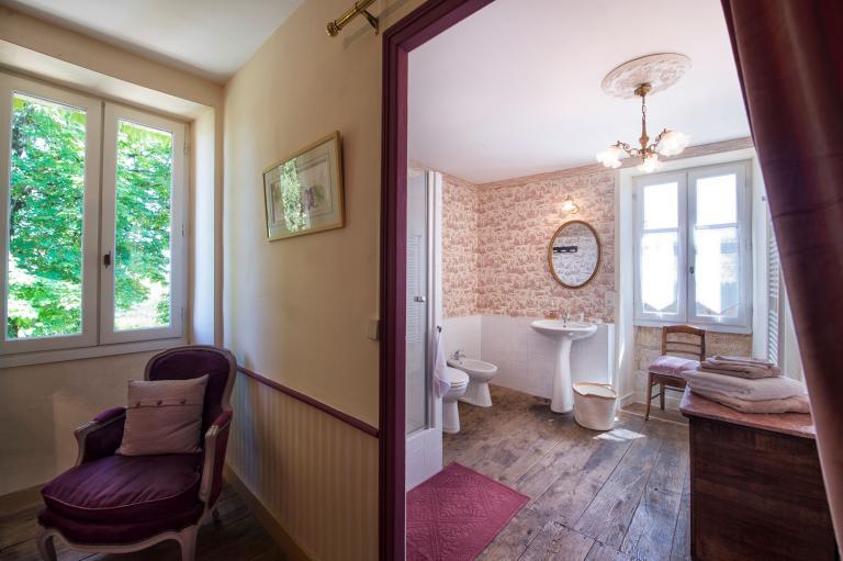 salle de bains pourpre